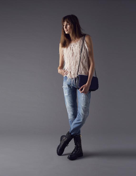 Pinko-autunno-inverno-2014-2015-Pinko-jeans-concanotta-con-frange-borsa-di-pelle-blu-con-catena-e-anfibi-neri-di-pelle