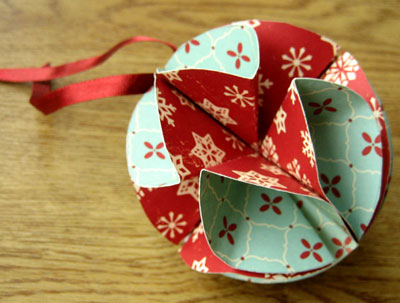 Addobbi natalizi fai da te: trasformare biglietti d'auguri in palline per l'albero 8
