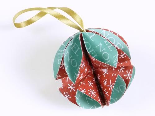 Addobbi natalizi fai da te: trasformare biglietti d'auguri in palline per l'albero
