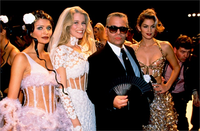 Helena Christensen, Claudia Schiffer, Karl Lagerfeld con ventaglio, Cindy Crawford