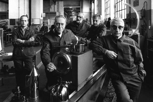 Biennale foto industria: foto di Gianni Berengo Gardin (da sinistra a destra) l'industriale Alberto Alessi, i designer Achille Castiglioni, Enzo Mari, Aldo Rossi, Alessandro Mendini, Milano 1989