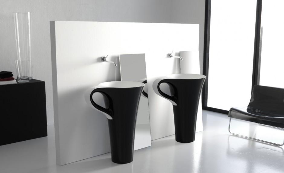 Pentole e tazzine in bagno (12)
