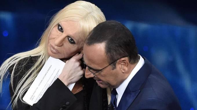 Sanremo 2016: Donatella Versace (alias Virginia Raffaele) con Carlo Conti