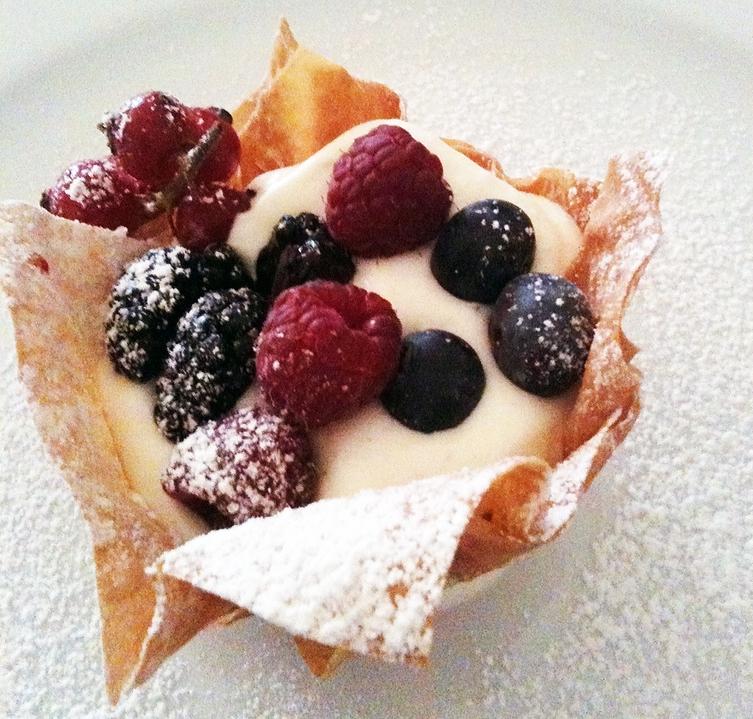 cestino con crema allo yogurt e frutti di bosco