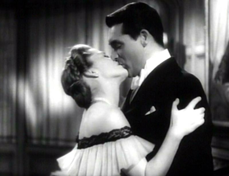 un-bacio-appassionato-tra-cary-grant-e-joan-fontaine-in-una-scena-del-film-il-sospetto-1941-134733