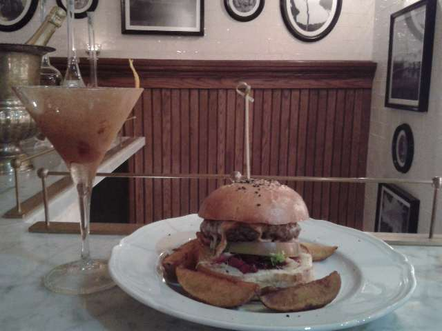 "Cocktail ""The Gentleman"" e hamburger"