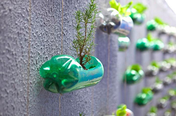 Come arredare il terrazzo o giardino in modo semplice e creativo bottoglie-idee-recupero