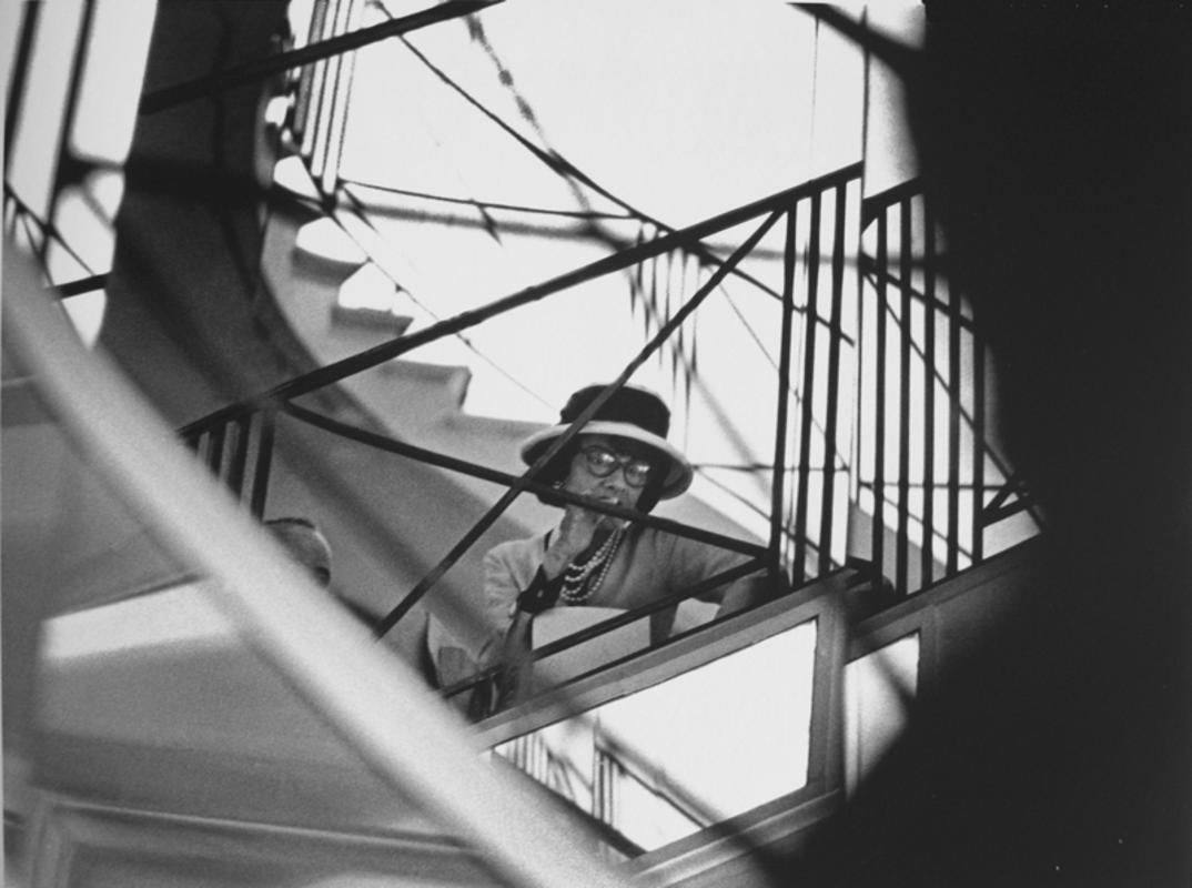 Coco Chanel sulla scala del suo salone a Rue Cambon