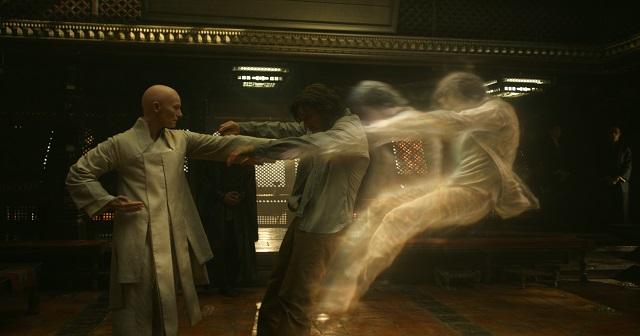 L'Antico (Tilda Swinton) e Doctor Stephen Strange (Benedict Cumberbatch)