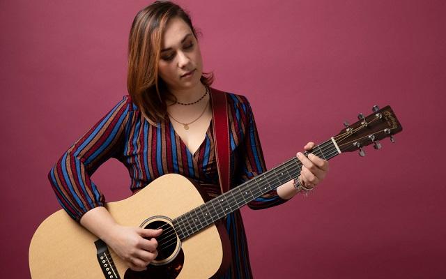 Giulia Pratelli ci porta una ventata d'estate con il nuovo singolo Luglio