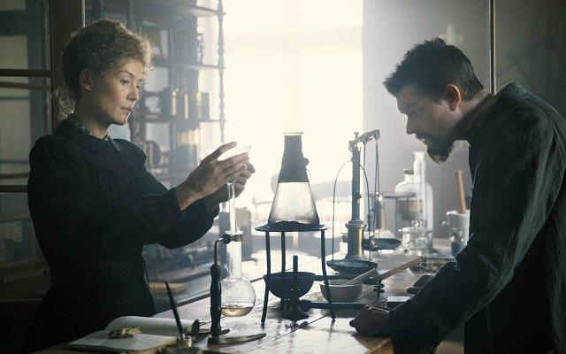 Radioactive la rivoluzionaria vita di Marie Curie (recensione)