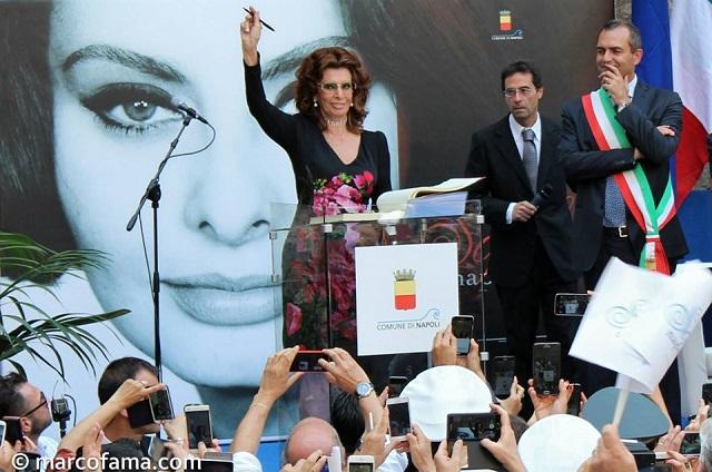 Sophia-Loren-Napoli-cittadina-onoraria-firma