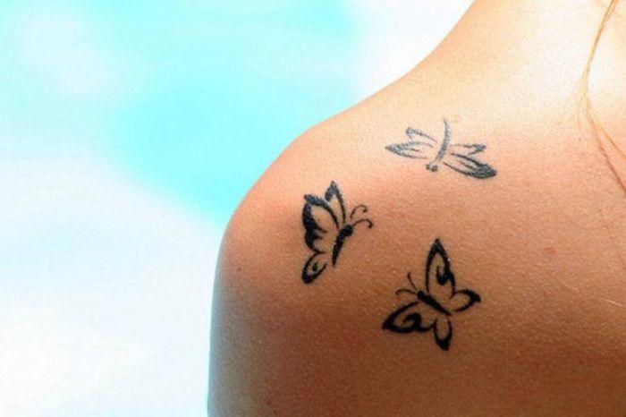 Tatuaggio-sulla-spalla-con-tre-farfalle