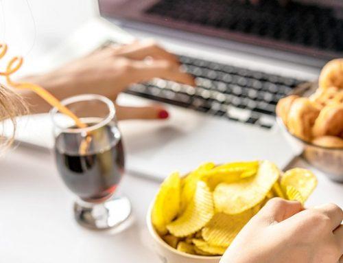 Come organizzare un aperitivo virtuale dalla scelta dell'app ai cocktail