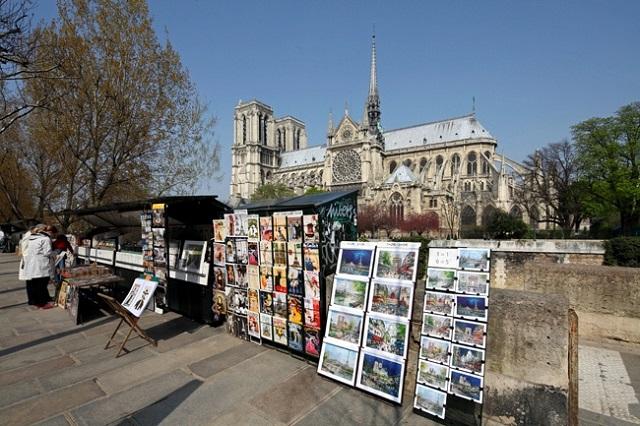 Bouquinistes lungo Senna di Notre Dame