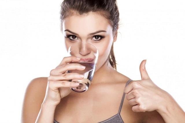 come-dimagrire-dopo-le-feste-bere-acqua
