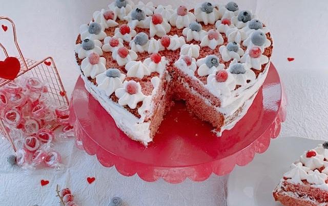 Ricette per San Valentino: torta Red Velvet con panna, ribes e mirtilli