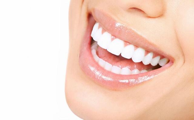 Denti e labbra a prova di sorriso con frutti di bosco e lo scrub home made