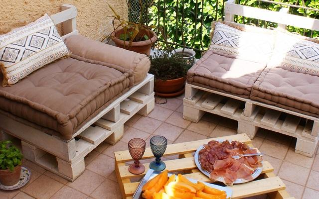 Arredi da esterno: ecco come realizzare un set lounge con bancali