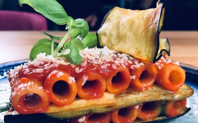 Capolavori italiani in cucina pasta alla norma dello chef Beppe Barone