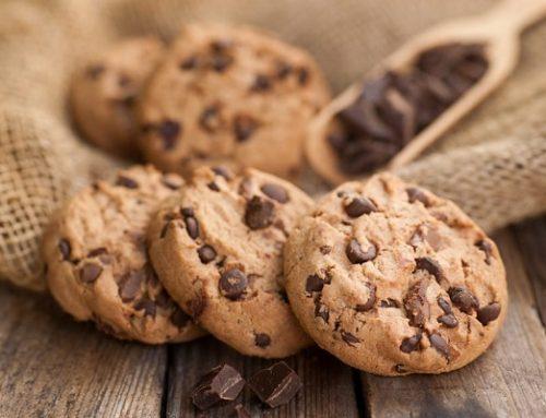 Biscotti al bicchiere con gocce di cioccolata: ricetta facile e senza bilancia